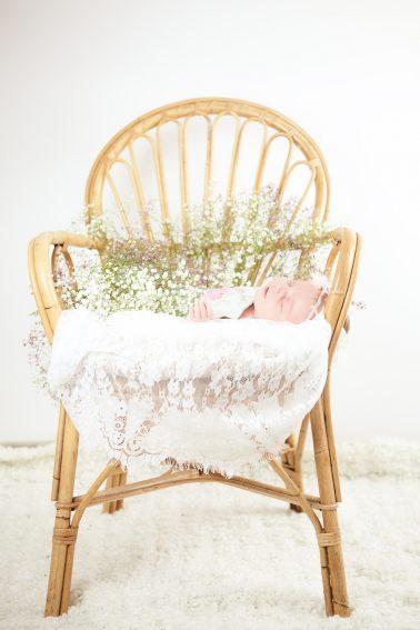 neugeborenes-flechtkorb-schlafend