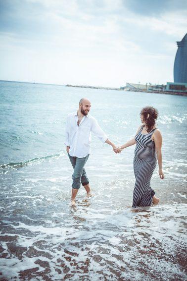 schwangerschaft-pärchen-strandspaziergang
