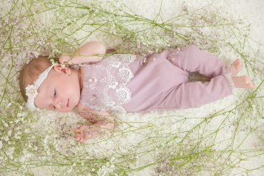 suesses-baby-in-blumen