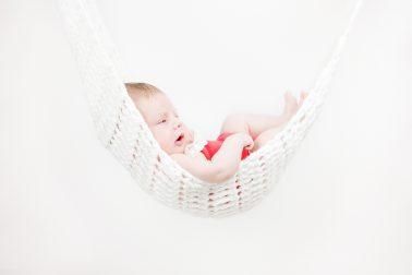 suesses-babyfoto-haengematte