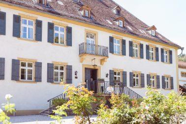 Kirchliche Trauung auf der Wiese auf Schloss Heinsheim