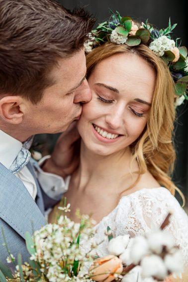 Brautpaar Boho Winter Hochzeit mit Trockenblumen im Mühlenhof Kalkar am Niederrhein