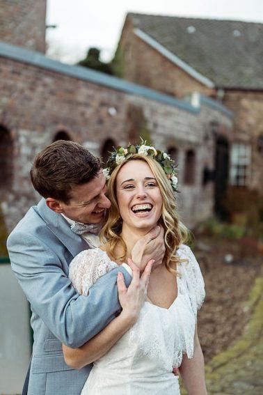 Brautpaar Boho Winterhochzeit im Mühlenhof Kalkar
