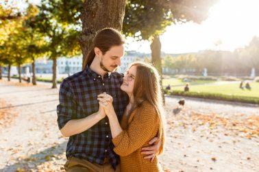 Herbstliches Engagementshooting am Schloss in Karlsruhe