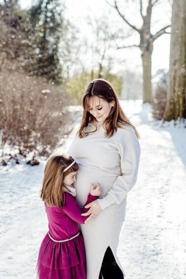 Babybauchshooting im Hofgarten Düsseldorf im Schnee