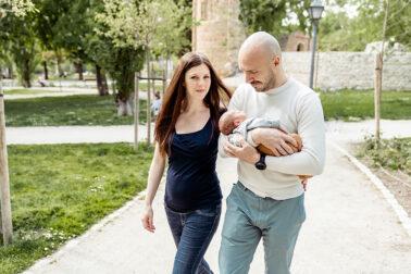 Newborn Baby Familienbilder im Park in Madrid